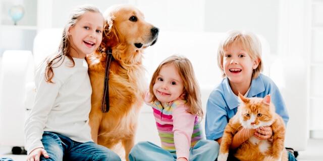 Una familia con un perro que tiene un seguro veterinario para perros