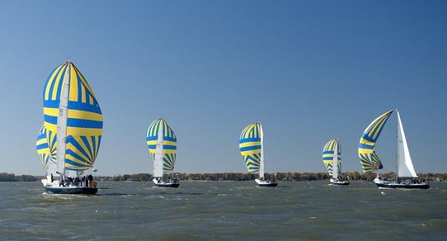 Velas aprovechando la brisa marina para navegar