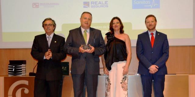 Premio entregado a los responsables de Reale en Granada en 2017 por el Colegio de Mediadores