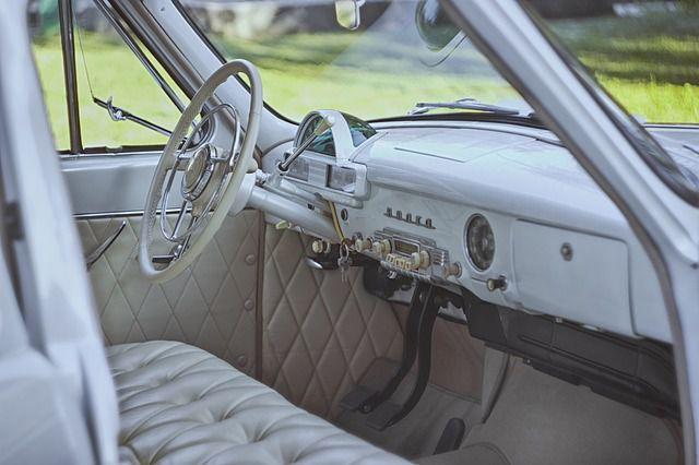 El interior de un coche clásico