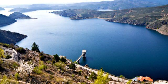 Embalse de Atazar, un lugar ideal para ir a pescar.