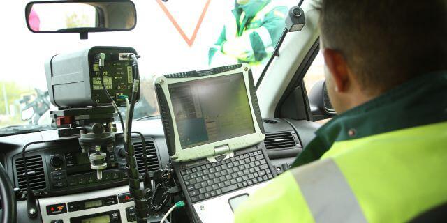 La Guardia Civil poniendo multas a los transportistas.