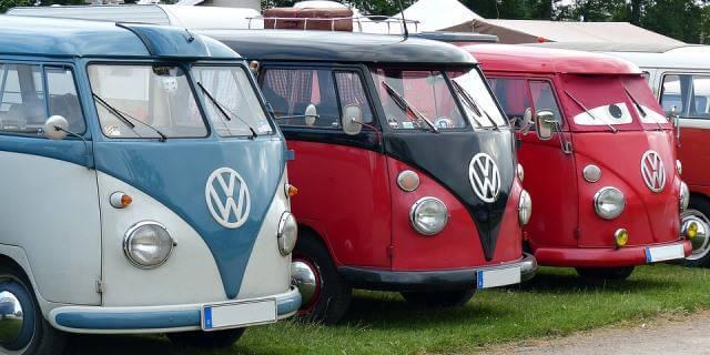 Varias Volkswagen T1 aparcadas en un camping.