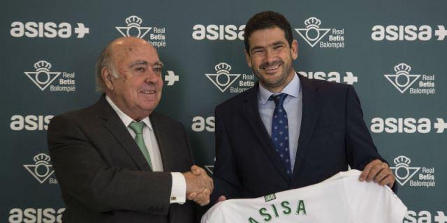 Firma del acuerdo de patrocinio entre ASISA y el Real Betis