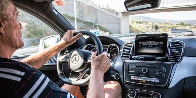 Hombre conduciendo un Mercedes Benz