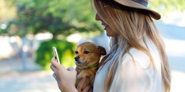 Una chica se hace una foto con su perro.
