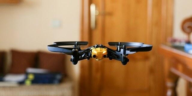 Dron de juguete vuela en una casa