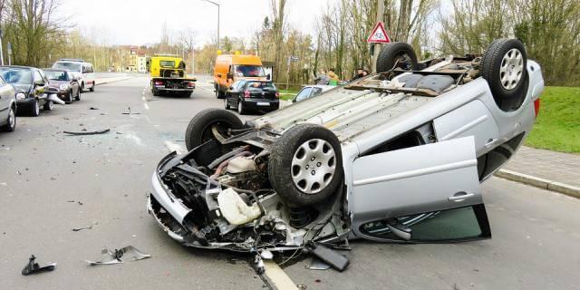Coche volcado por un accidente de tráfico.