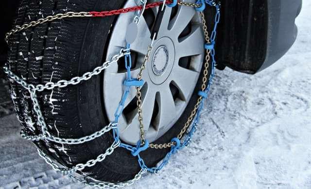 Rueda con cadenas para la nieve.