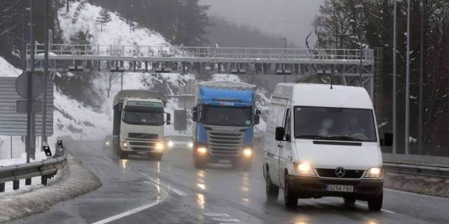 transportistas profesionales circulando por carretera de peaje