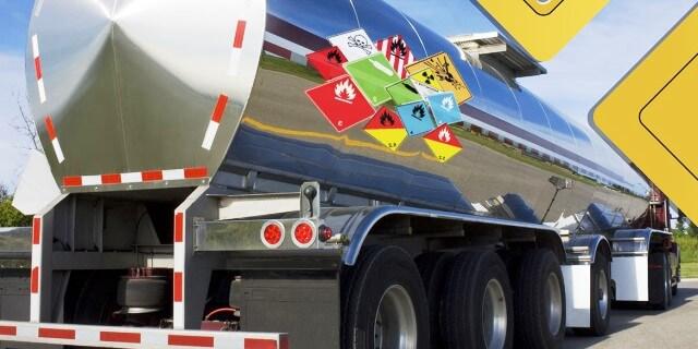 Un vehículo de transporte de mercancías peligrosas