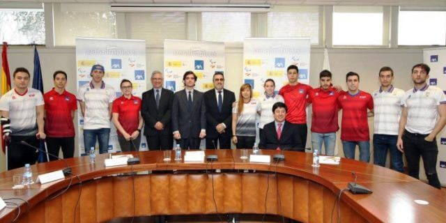 El director de AXA y miembros del Equipo Paralímpico Español durante la firma del convenio de patrocinio hasta Tokio 2020