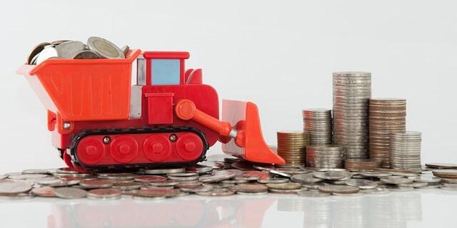 Imagen: camión excavadora arrollando dinero. Noticia: de Fomento quiere acabar con las cooperativas que tributan de forma ilegal en los módulos