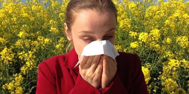Mujer con alergia al polen.