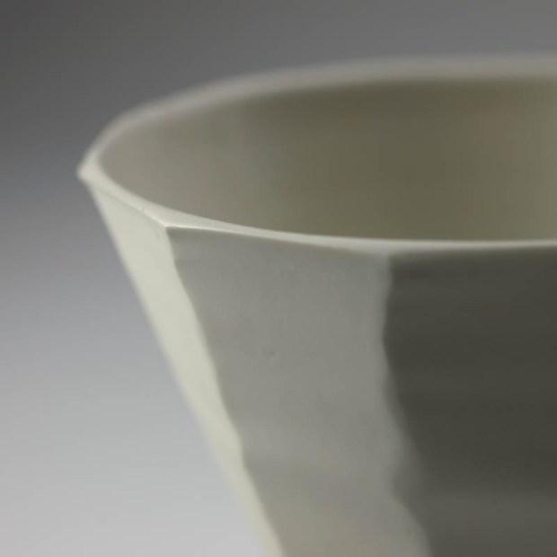 Coupe V 4   Eric Faure   Coupe V   Produit   65,00€   6278   Coupe tournée et sculptée en porcelaine émaillée   Eric Faure   Terre et Terres   10 décembre 2020