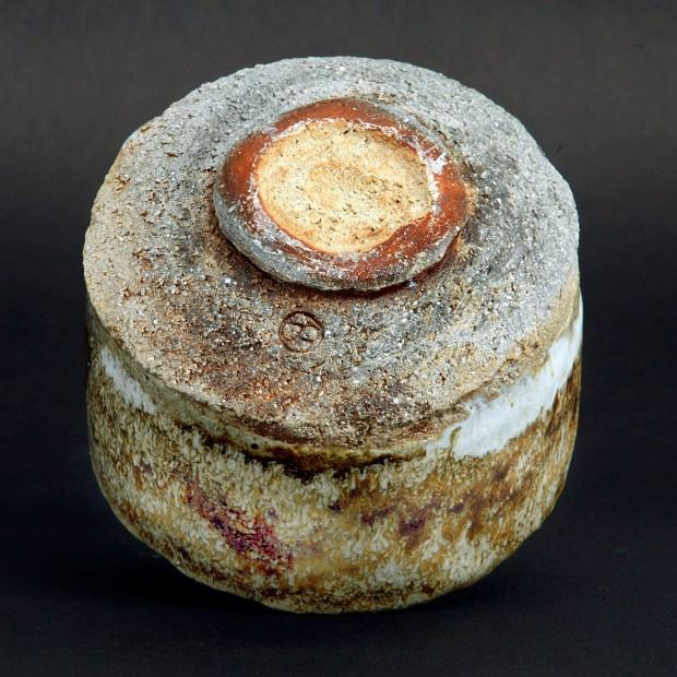 MG 3550 | Sylviane Perret | Chawan 2020/1 | Produit | 100,00€ | 6048 | Bol en grés argile récoltée, modelé main, avec pied.<em>Description</em> : Extérieur: superpositions de glaçures aux argiles récoltées et émail blanc aux cendres de bois, aspect brillant-satiné. Intérieur : glaçure d'argile (Islande), aspect satiné. <em>Cuisson</em> réductrice 1300°. | Sylviane Perret - Atelier Céramique de Saint-Amans | Terre et Terres | 1 octobre 2021