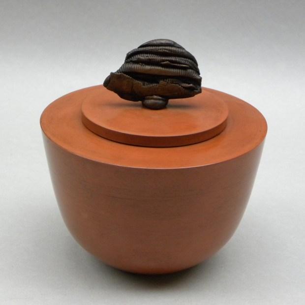 Chris GULLON shapî 9596   Chris Gullon   Shapî I   Produit   180,00€   6868   Boite en terre polie et patinée, avec couvercle surmonté d'un cabochon sculpté.   Chris GULLON   Terre et Terres   10 décembre 2020