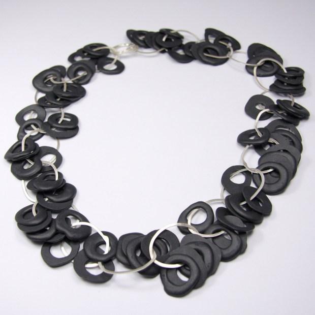MG 3278   Violaine Ulmer   collier petit bruit   Produit   280,00€   7196   collier porcelaine et argent massif.   Violaine Ulmer   Terre et Terres   10 décembre 2020
