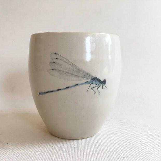Tasse libellule 1 | Hilde Segers | 'Le monde des insectes' - Tasse libellule | Produit | 15,00€ | 7026 | Tasse en grès blanc | Circaterra Céramique - Hilde Segers | Terre et Terres | 10 décembre 2020