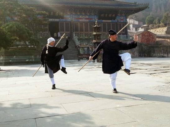 Maître Chen Li Sheng et Catherine Bousquet pratiquant le bâton en Chine, décembre 2015