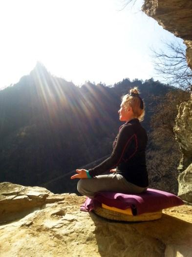 Catherine Bousquet méditant sur le Mont Wudang en décembre 2015