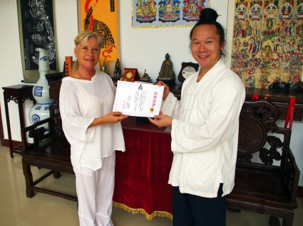 Maître Yuan Li Min remet une certification à Catherine Bousquet