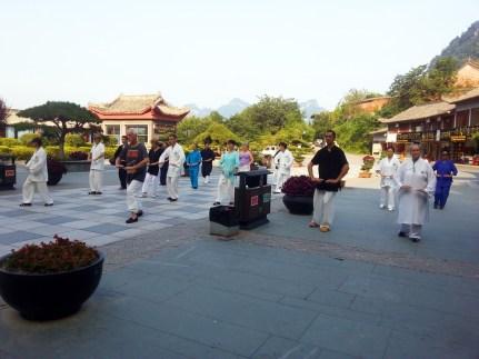 Étudiants de Terre d'Asie en train de pratiquer le Qi Gong au Wudang, Chine