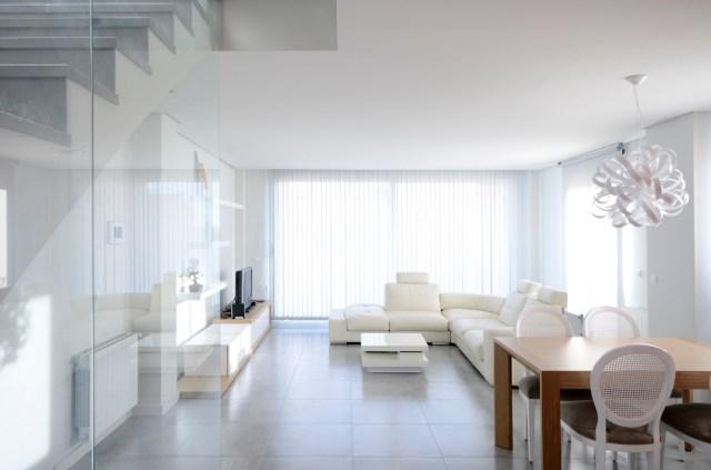 convertir un espacio vacío en vivienda dúplex.salon