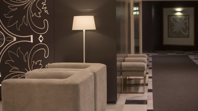 diseño de interiores hotel Monte Triana. panel retroiluminado pasillo