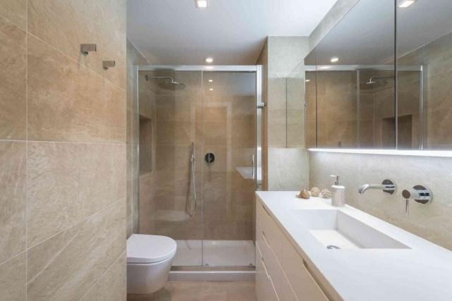 Baño alargado de piso pequeño