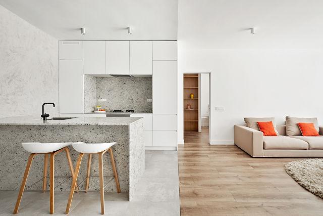 Encuentro entre salón y cocina en reforma de apartamento
