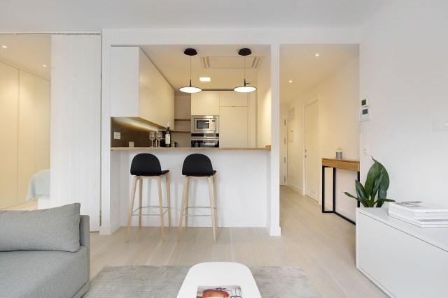 Cocina abierta al salón en la decoración de un mini piso