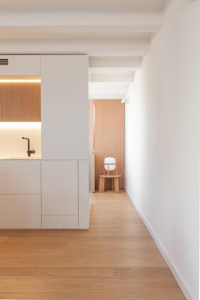 Revestimientos en roble y blanco en la reforma de un mini apartamento