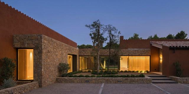 Vista de noche de la arquitectura y diseño de casa en Pallafrugel