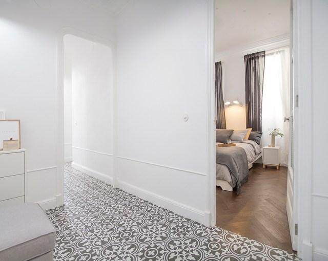 Habitación que comunica dormitorio con salón nórdico