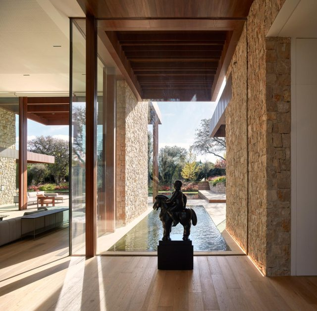 Entrada de casa de diseño en La Finca