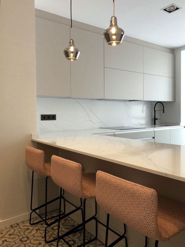 Interiorismo moderno en diseño de barra de cocina