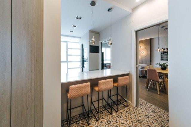 Vista desde entrada a apartamento diseñado con interiorismo moderno