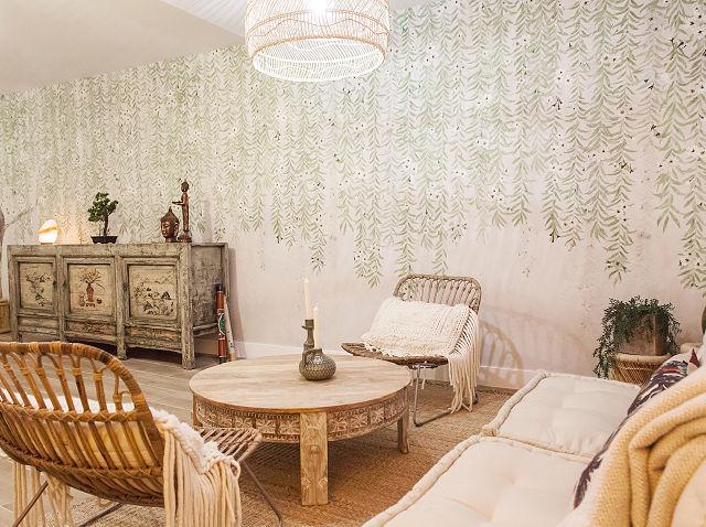 Salón de estar decorado en estilo boho