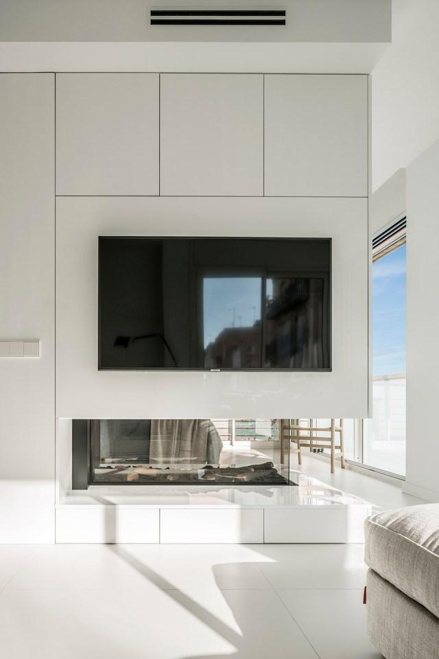 Chimenea en apartamento de diseño minimalista