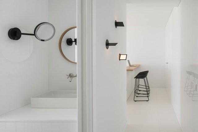 Aseo y pasillo de apartamento de diseño minimalista