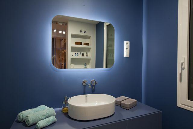 Baño de diseño en color azul