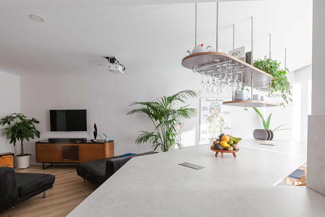 Cocina abierta al salón en vivienda de diseño