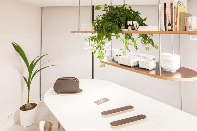 Detalle de estantería de diseño en cocina