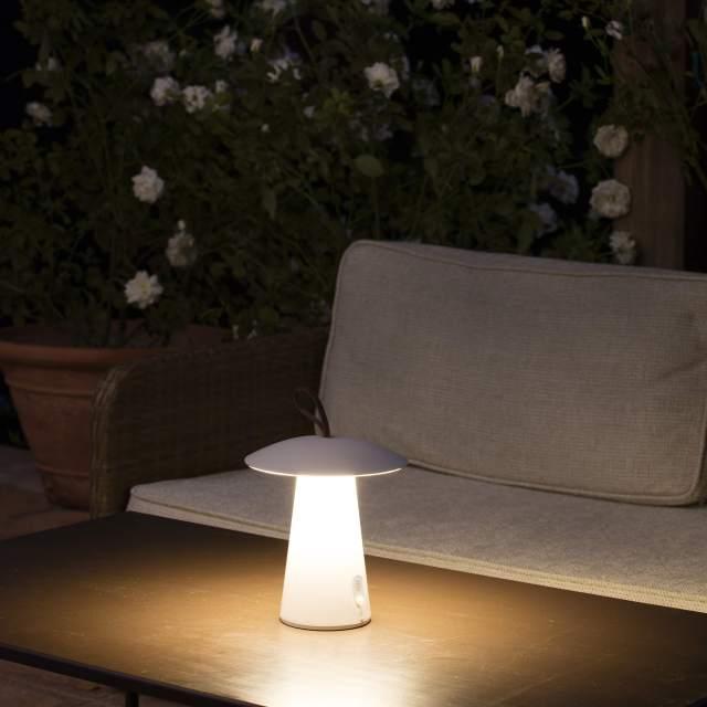 Lámpara portátil Task de Faro Barcelona en ambiente exterior de territorio deco