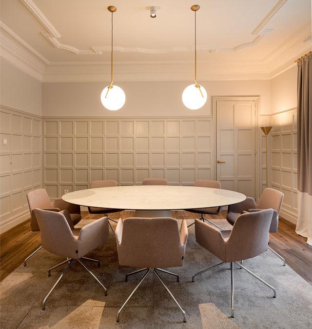 Decoración de sala de reunión de una notaría