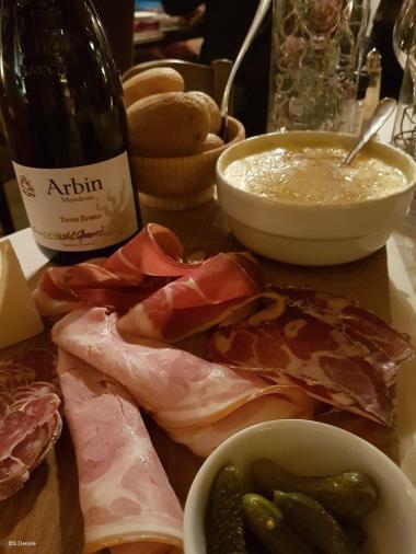 Tome des Bauges Matouille et vin Mondeuse Savoie