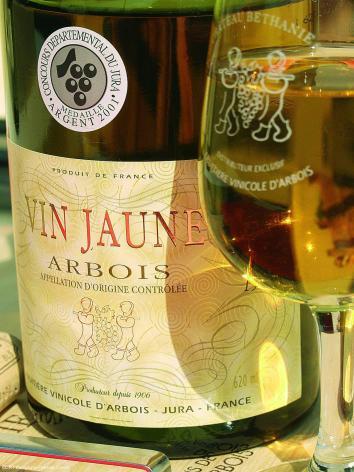 Monts Jura Bouteille vin jaune @CRT Bourgogne Franche Comté