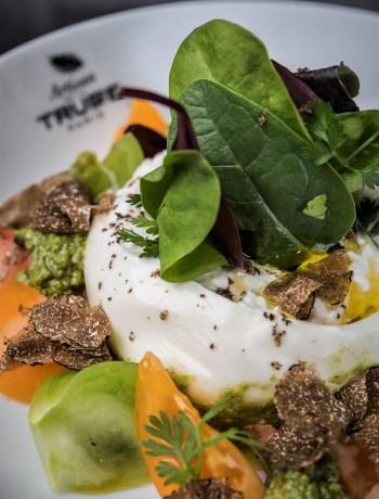 Salade de tomates Burrata crémeuse et pesto a la Truffe © Anne-Emmanuelle Thion
