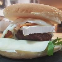 Hamburguesa completa con queso camembert